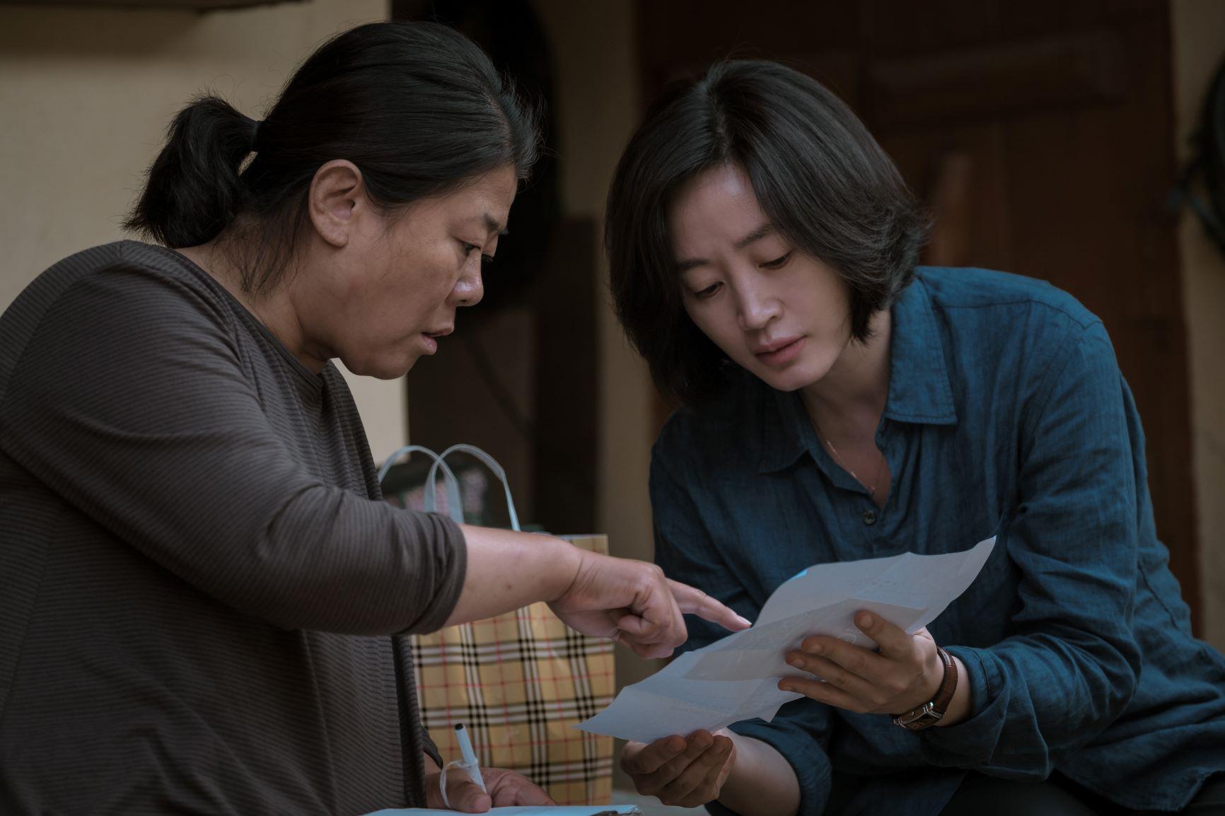 Kim Hye-soo và Lee Jeong-eun trong một cảnh quay.