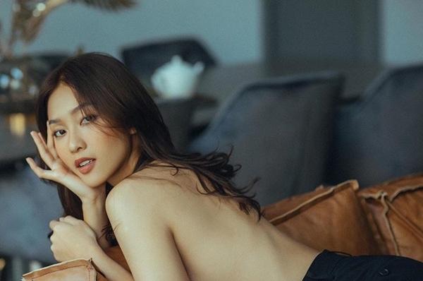 Mới đây, diễn viên Khả Ngân khoe bộ hình nude chụp đánh dấu kỷ niệm sinh nhật tuổi 22. Với cô, đây là những hình ảnh nghệ thuật có chừng mực. Khả Ngân mong muốn có thể lưu giữ được nét đẹp tuổi thanh xuân thông qua bộ hình này.