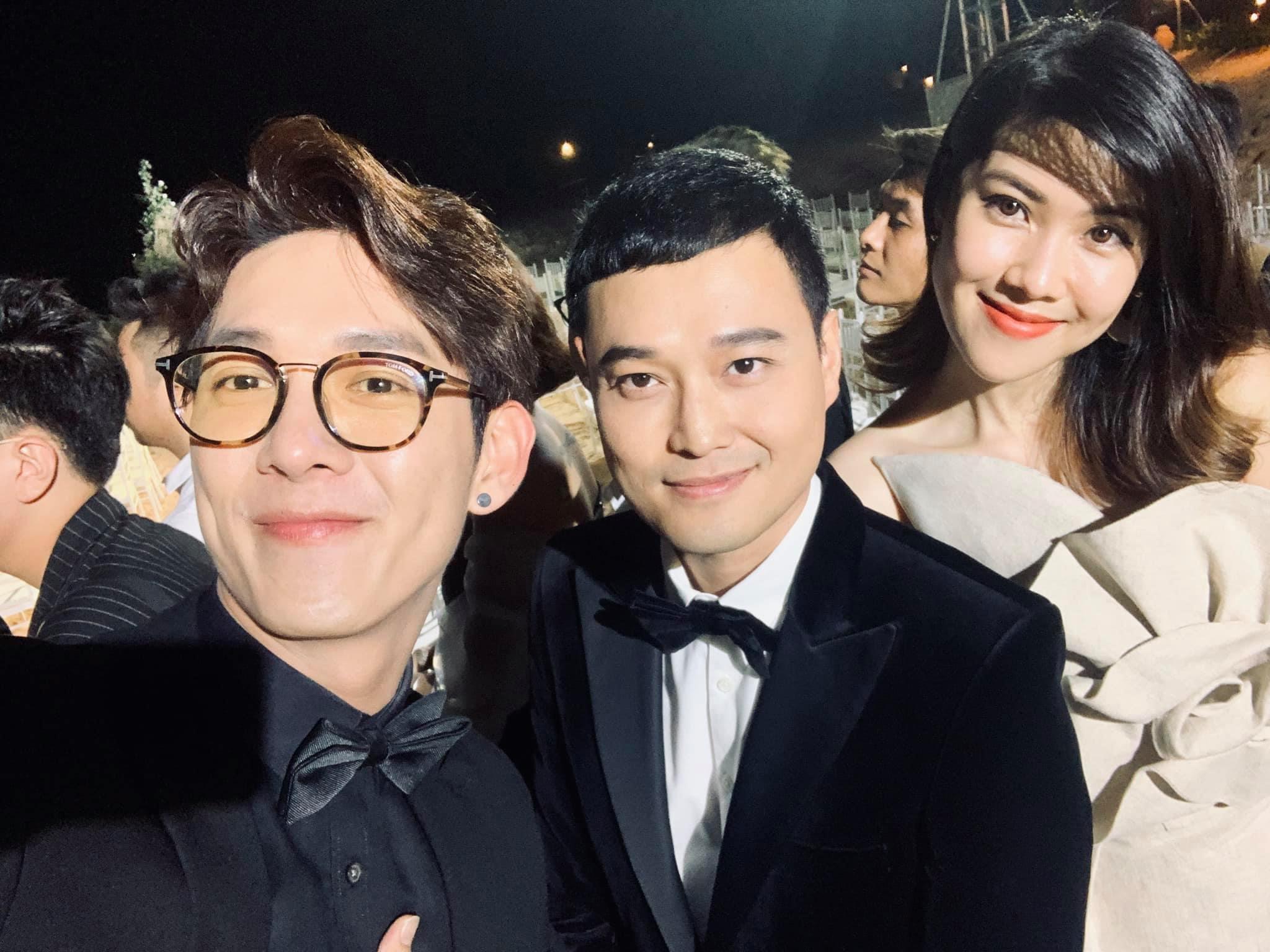 Không khó để nhận ra, Song Luân và siêu mẫu Thu Hằng luôn đứng chung trong một khung hình khi chụp chung với những người bạn khác.
