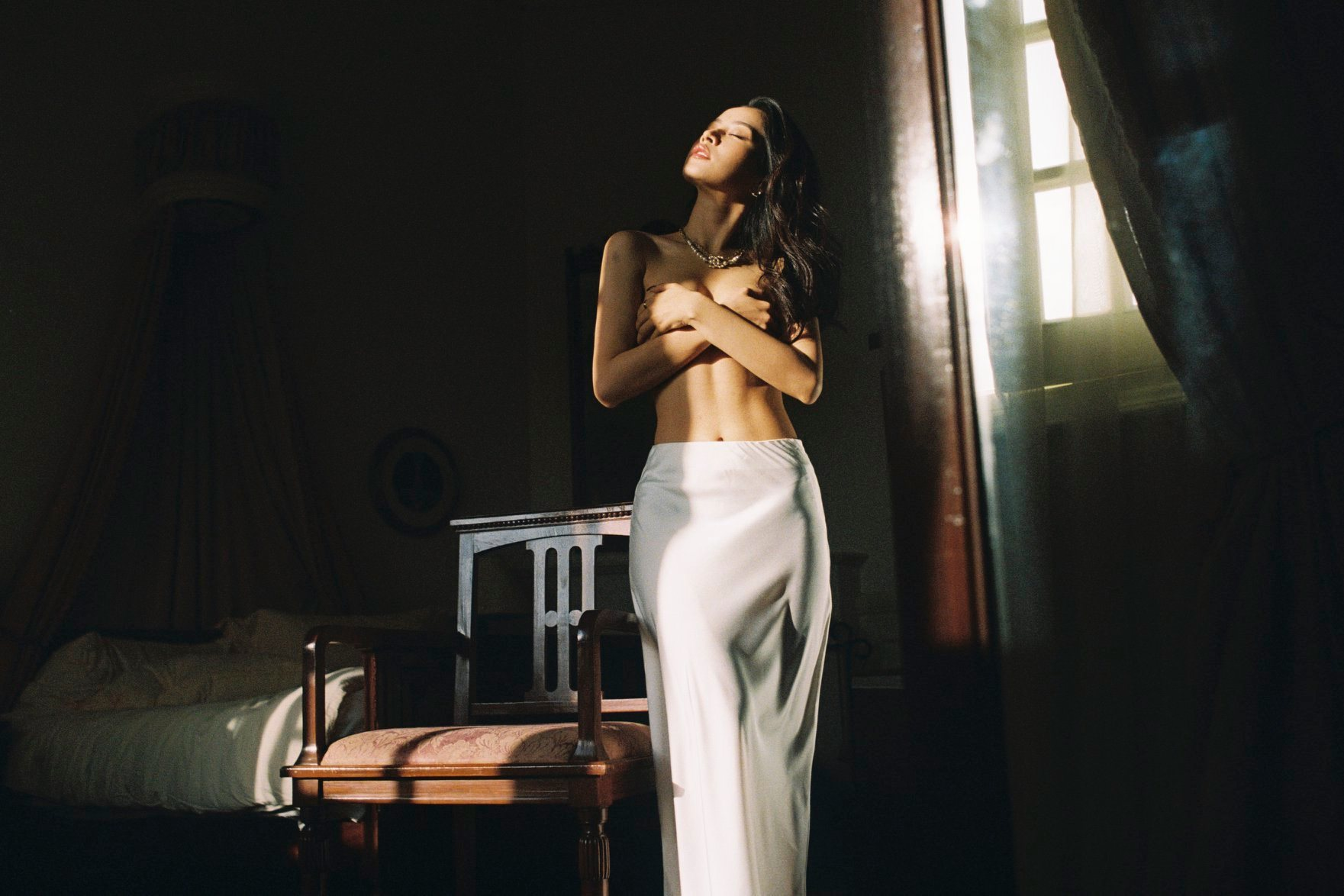 Sau Khả Ngân, Chi Pu cũng tiếp tục gây bất ngờ về nhan sắc khi đăng một bộ hình bán nude chụp tại Đà Lạt.