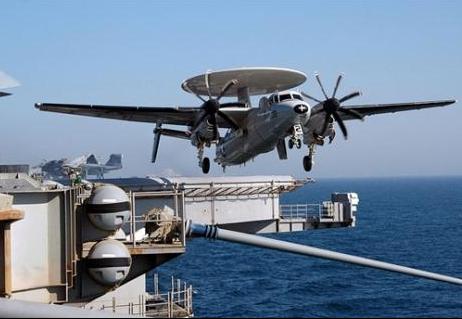 Máy bay E-2C Hawkeye cất cánh bằng hệ thống máy phóng.