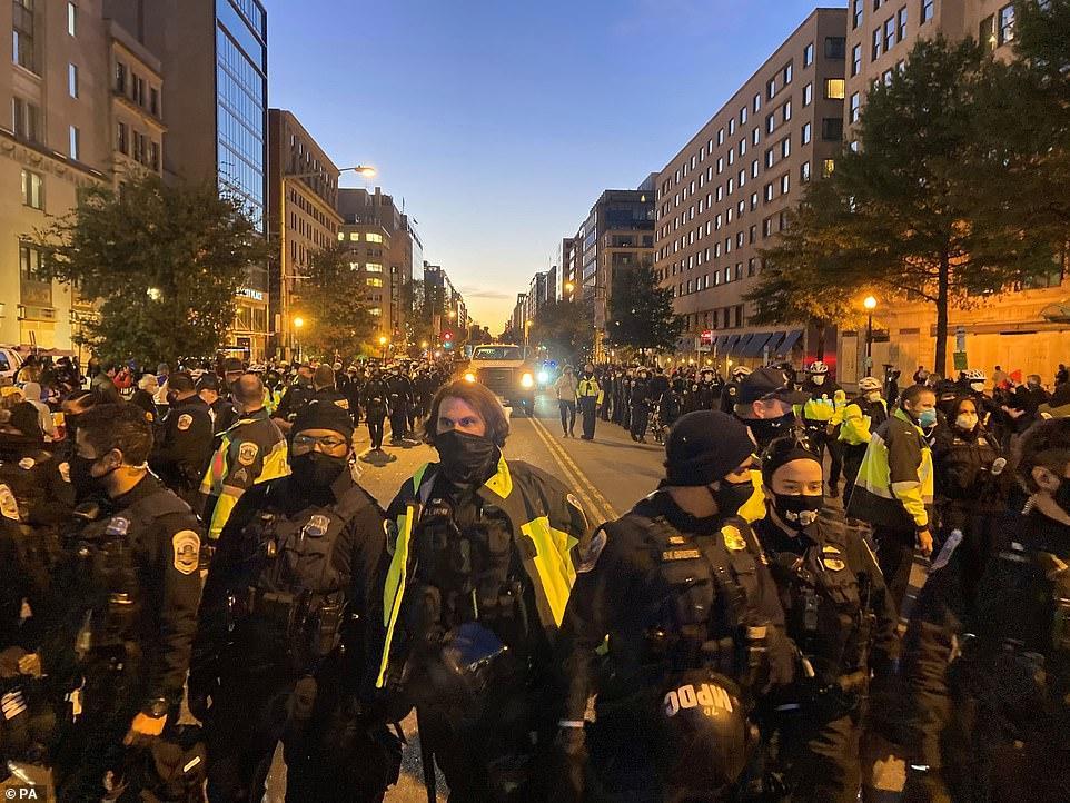 Cảnh sát ở Washington DC hộ tống một xe tải chở các nghệ sĩ biểu diễn âm nhạc dọc theo K Street Northwest, bên ngoài khách sạn Hyatt Place ở D.C. Ảnh: Daily Mail