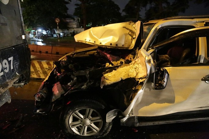 TP HCM: Ôtô 7 chỗ tông hàng loạt xe máy, nhiều người bị thương - Ảnh 1.