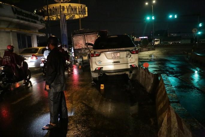 TP HCM: Ôtô 7 chỗ tông hàng loạt xe máy, nhiều người bị thương - Ảnh 2.