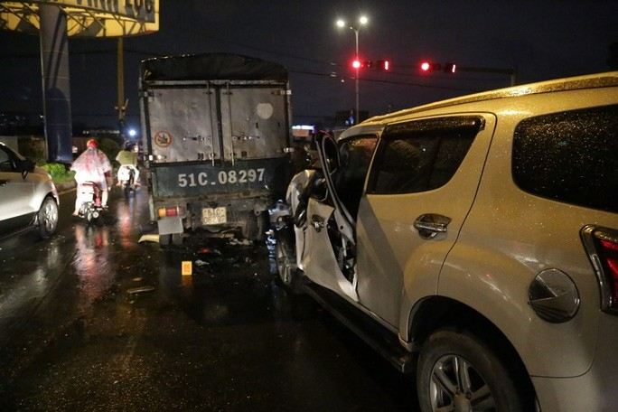 TP HCM: Ôtô 7 chỗ tông hàng loạt xe máy, nhiều người bị thương - Ảnh 3.