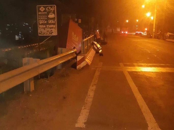 Xe container lao xuống cầu ở  Long Thành, tài xế thoát chết - Ảnh 3.