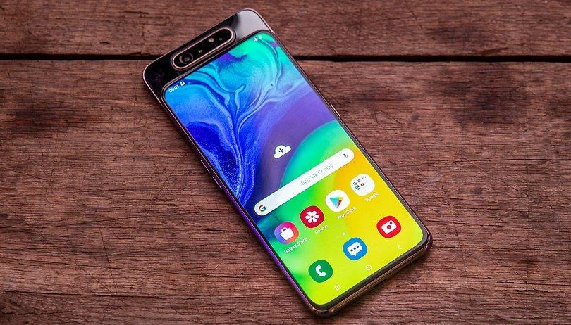Samsung Galaxy A80: Cũng sử dụng thiết kế kiểu cụm camera xoay lật từ sau ra trước và sử dụng chung cụm camera này cho cả camera trước sau như Zenfone 6 để có được thiết kế màn hình tràn viền, nhưng Galaxy A80 có 3 camera được đặt trên một hệ thống trượt. Mặc định cụm camera này sẽ nằm ở mặt sau, nhưng khi chụp ảnh selfie thì camera này sẽ thò lên và xoay ra trước.