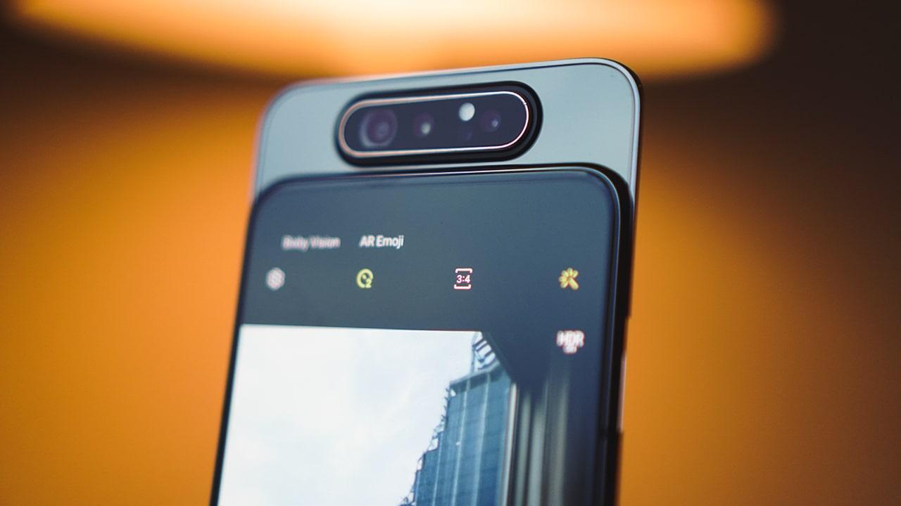 Cụm 3 camera của Galaxy A80 gồm cảm biến chính 48MP, khẩu độ f/2.0 + camera góc siêu rộng 8MP, khẩu độ f/2.2 và cuối cùng là cảm biến đo độ sâu để chụp ảnh xoá phông. Pin đi kèm có dung lượng 3.700mAh và hỗ trợ công nghệ sạc nhanh 25W.