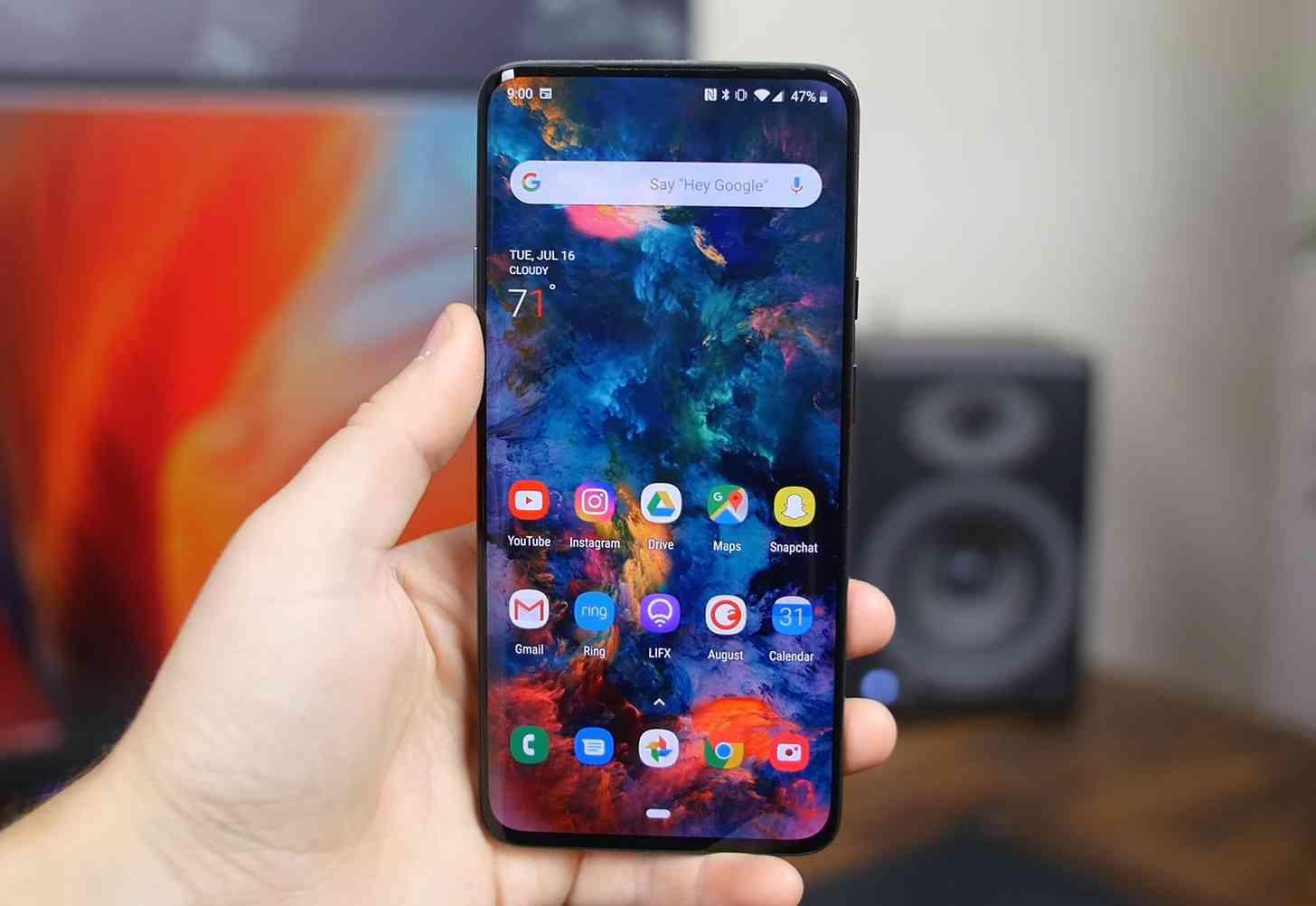"""OnePlus 7T Pro: Máy sở hữu màn hình AMOLED cong kích thước 6,67-inch với độ phân giải QHD+, tần số quét 90Hz cùng công nghệ cảm biến vân tay tích hợp trong màn hình. Có thể nói màn hình chính là một trong những tính năng """"ăn điểm"""" nhất trên chiếc smartphone này."""