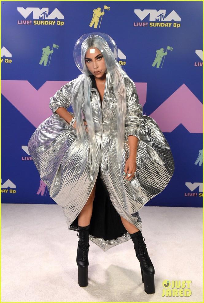 Lady Gaga dự lễ trao giải MTV Video Music Awards 2020. Trên thảm đỏ, cô diện trang phục của Area, đi giày Pleasers
