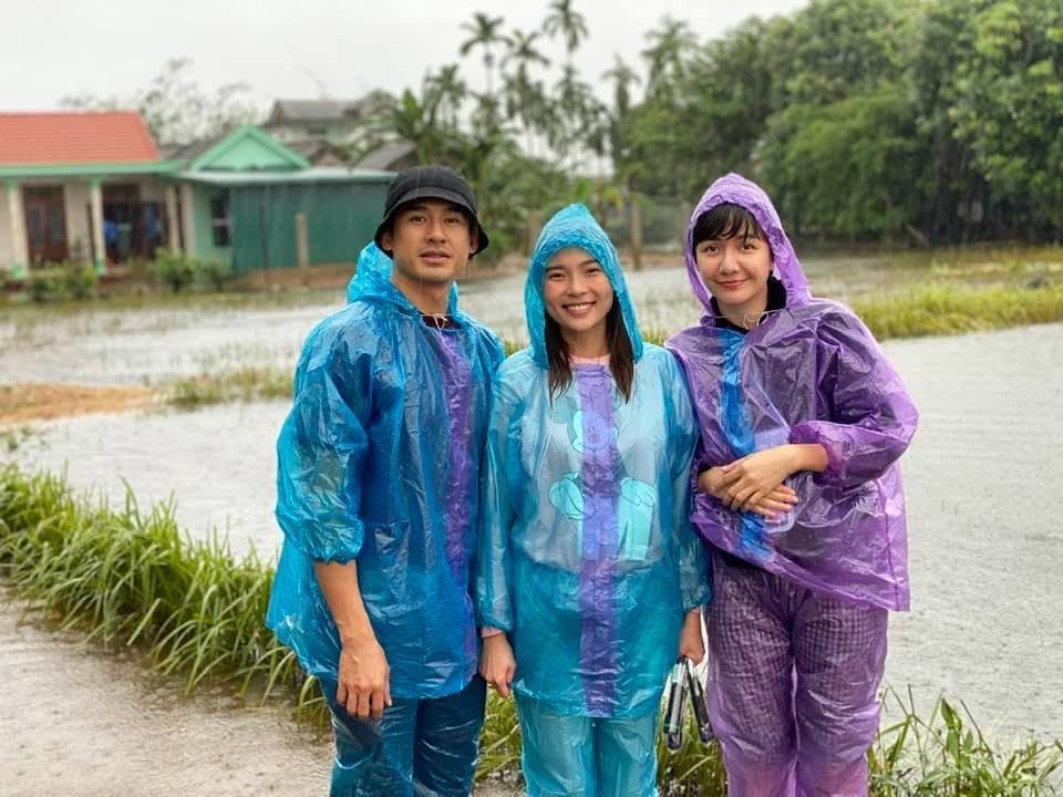 Vợ chồng Lương Thế Thành - Thuý Diễm sau nhiều ngày kêu gọi ủng hộ cũng đã có mặt ở Huế - Quảng Trị để trao tặng áo phao, thuốc men và nhiều đồ thiết thực đến cho bà con vùng lũ.