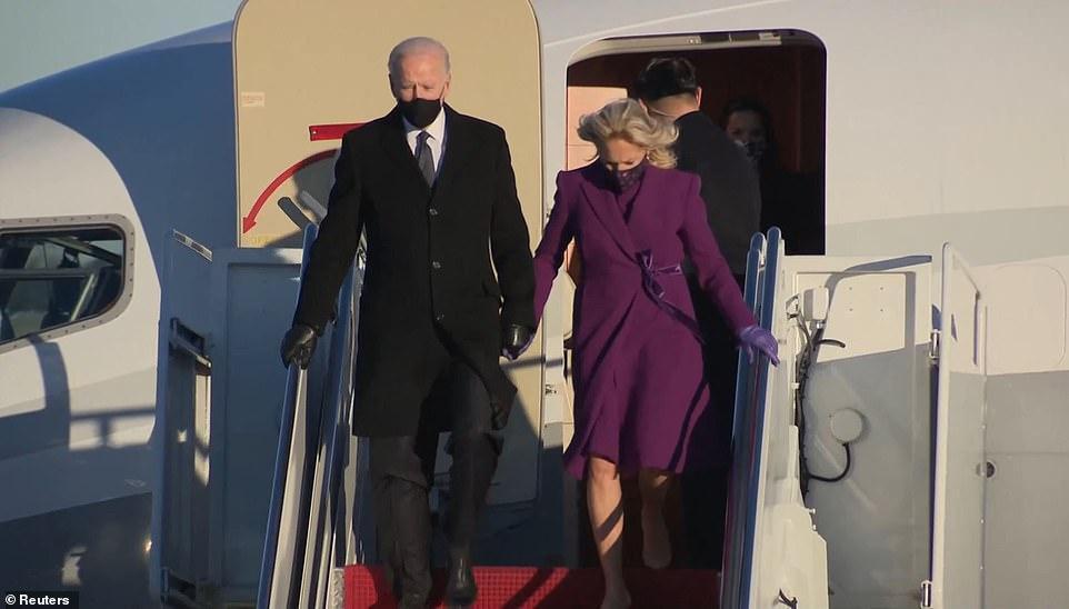 Tổng thống đắc cử Joe Biden và vợ xuống máy bay, đặt chân đến thủ đô Washington để chuẩn bị cho lễ nhậm chức