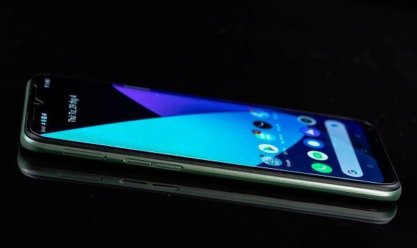 Smartphone được trang bị vi xử lý Helio G80 tiến trình 12nm mạnh mẽ được thiết kế riêng cho trải nghiệm game di động, trong đó có 2 nhân Cortex A75 xung nhịp 2.0GHz, kết hợp cùng vi xử lý đồ hoạ Mali G52 giúp trải nghiệm trên Realme 6i mượt mà vượt trội. Con chip đến từ nhà sản xuất MediaTek cũng lần đầu tiên được thương mại hoá trên smartphone.