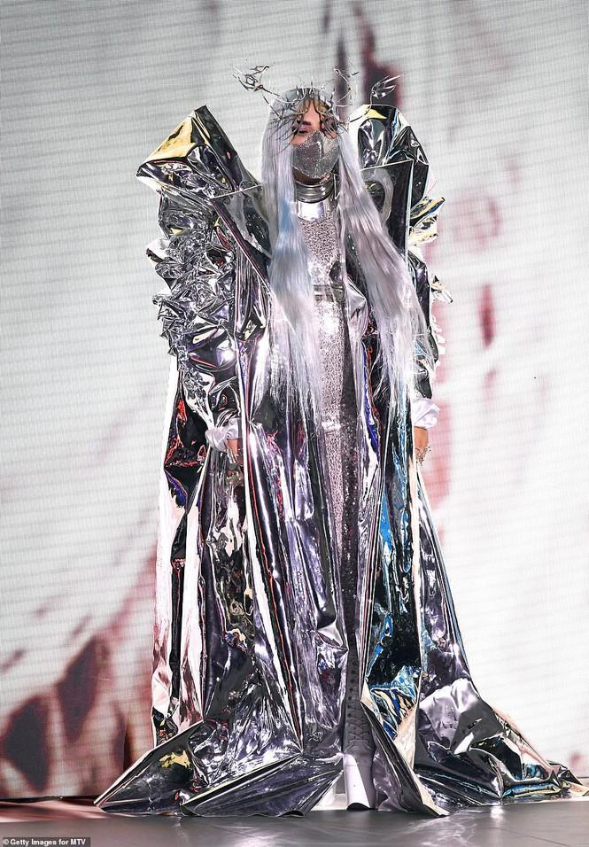 hiếc áo choàng đồ sộ cùng vô số phụ kiện kim loại