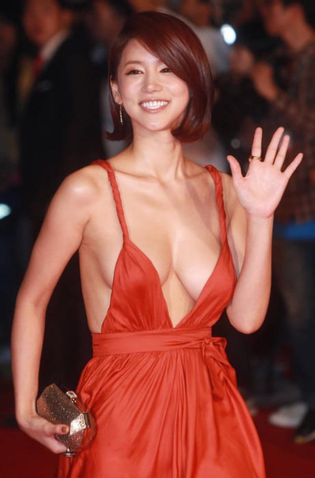 Oh In Hye nổi tiếng sau khi diện một bộ váy hở hang quá mức tại liên hoan phim