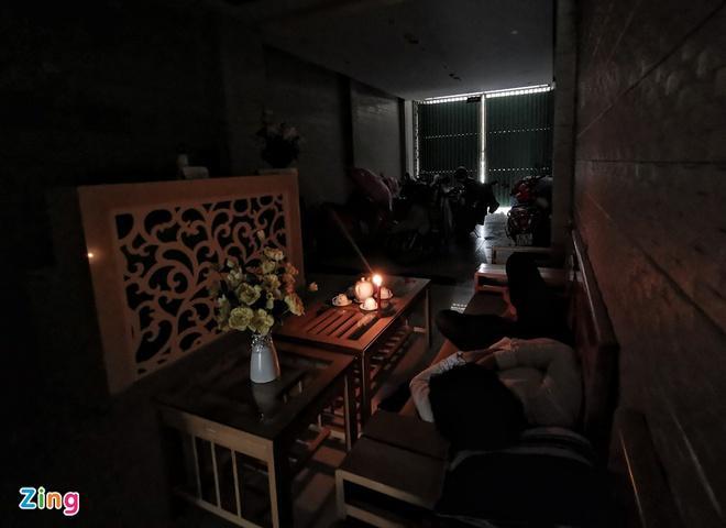 Lúc 8h20, khu vực Chu Lai, Núi Thành (Quảng Nam) bị cúp điện. Người dân ở trong nhà trú bão, thắp nến để sinh hoạt.