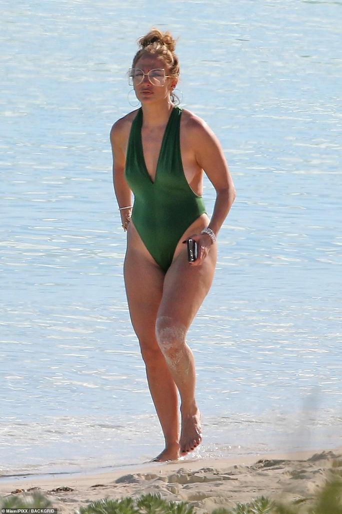 """Jennifer Lopez khoe """"đường cong"""" cuốn hút bất chấp tuổi tác - Ảnh 5."""
