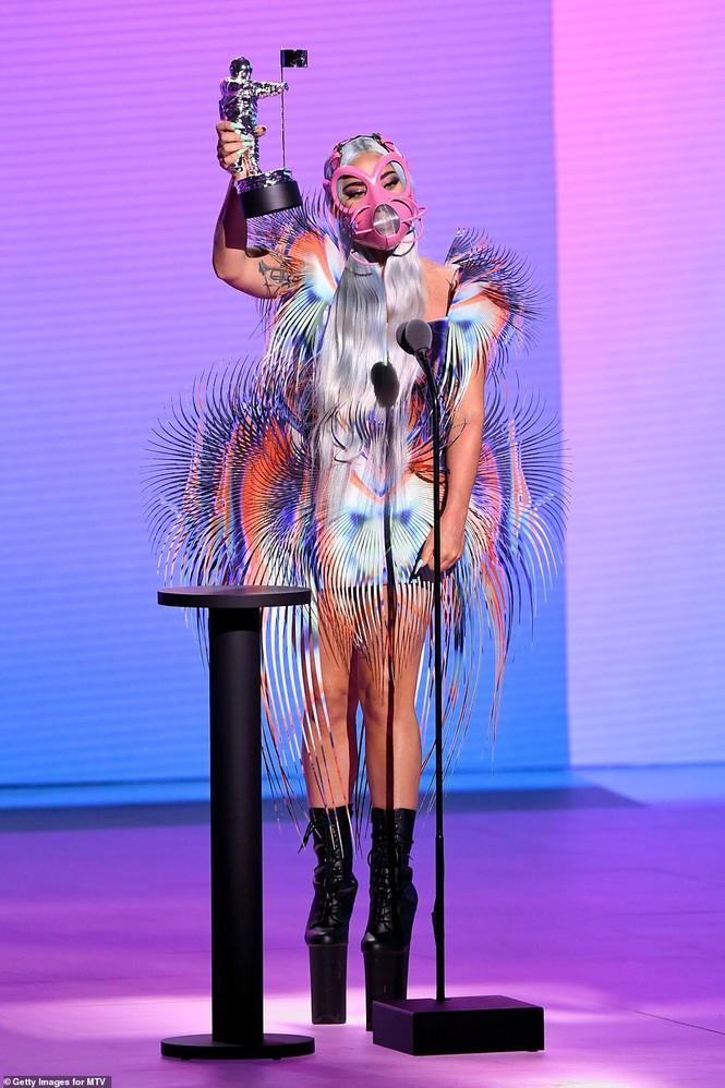 lên nhận giải Hợp tác xuất sắc nhất cho ca khúc Rain on Me hát cùng Ariana Grande