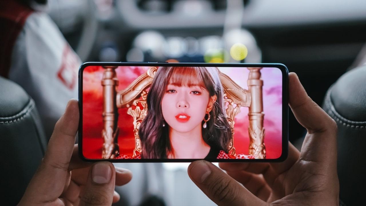 Xiaomi Mi 9T Pro: Chiếc smartphone này lên kệ tại Việt Nam từ hồi đầu tháng 9/2019. Máy nổi bật với thiết kế màn hình không khuyết nhờ hệ thống camera thò thụt như OnePlus 7T Pro. Màn hình của Mi 9T Pro tấm nền AMOLED kích thước 6,39 inch độ phân giải Full HD+ và cũng tích hợp công nghệ vân tay trong màn hình.