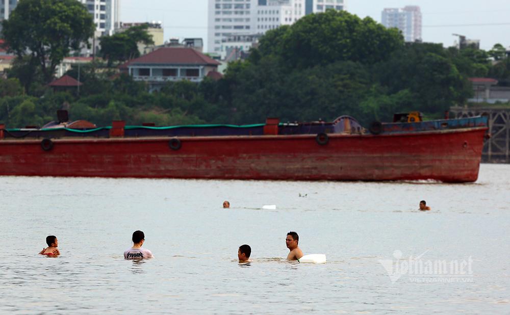 U50 diện bikini khoe dáng dưới chân cầu Vĩnh Tuy