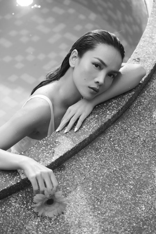 Yến Trang quyến rũ thả dáng cạnh hồ bơi