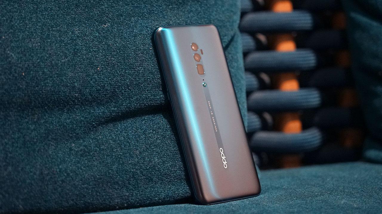 Oppo Reno 10x Zoom và Reno2 đều có màn hình AMOLED, độ phân giải Full HD+ nhưng kích thước là 6,6 inch và 6,55 inch tương ứng. Oppo Reno2 thuộc phân khúc thấp hơn nên chỉ sở hữu vi xử lý Snapdragon 710, RAM 8GB, bộ nhớ trong 256GB, viên pin dung lượng 4.000 mAh và hỗ trợ sạc nhanh VOOC 3.0.