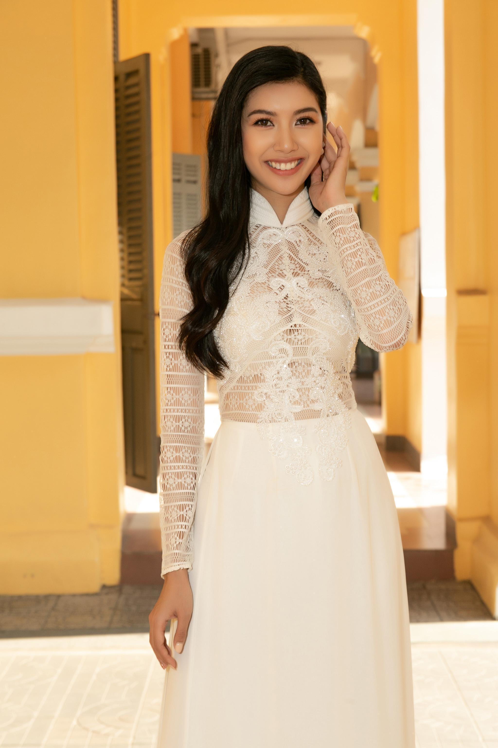 Ngoài ra, Á hậu Thúy Vân còn dành học bổng trị giá 20 triệu đồng cho những em học sinh có thành tích học tập tốt trong học kỳ vừa qua.