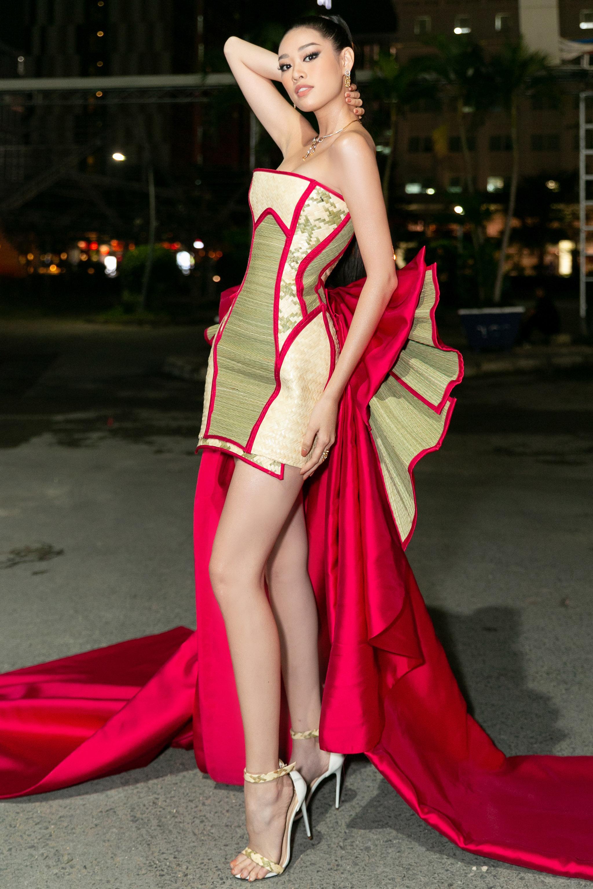 Bên cạnh đó, Hoa hậu Khánh Vân còn kết hợp cùng trang sức CAO fine jewellery với kiểu dáng họa tiết phù hợp với thông điệp, có giá trị hơn 400 triệu đồng.