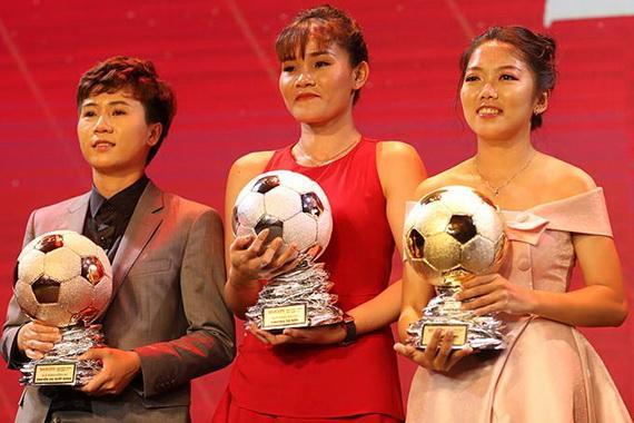 Huỳnh Như (phải) đoạt Quả bóng Vàng nữ, Chương Thị Kiều (giữa) đoạt Quả bóng Bạc và Tuyết Dung đoạt Quả bóng Đồng. Ảnh: VFF
