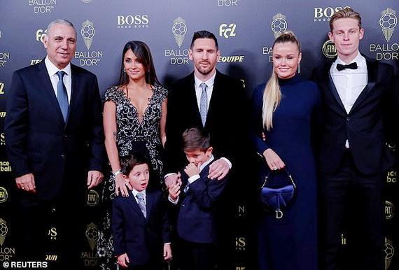 Huyền thoại Hristo Stoichkov (trái) cùng đồng nghiệp chúc mừng gia đình Messi