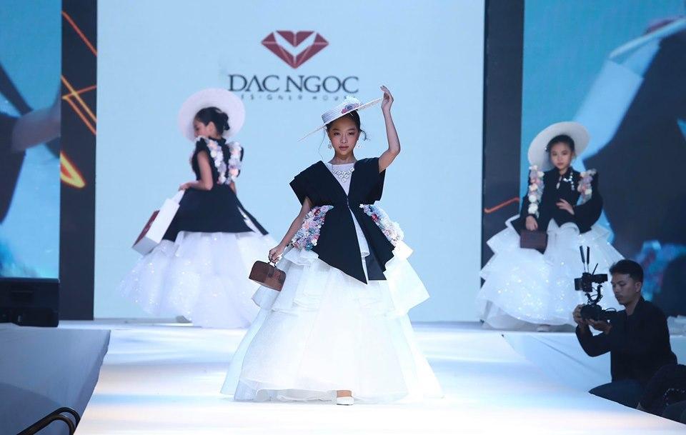 """Minh Anh """"hóa thân"""" thành công nương sang trọng trong thiết kế áo vest cùng váy dạ hội."""