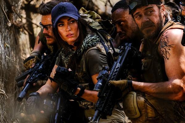 Không còn là mỹ nhân chờ được giải cứu, Megan Fox hóa thành người hùng, dẫn dắt một nhóm lính đánh thuê chuyên nghiệp toàn nam nhân