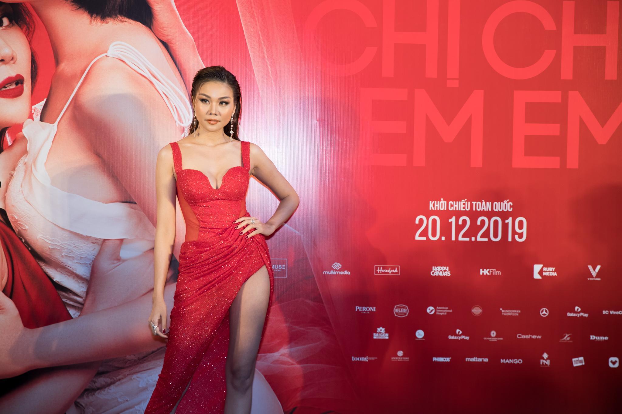 Siêu mẫu Thanh Hằng gợi cảm, nổi bật với chiếc váy ôm sát màu đỏ...