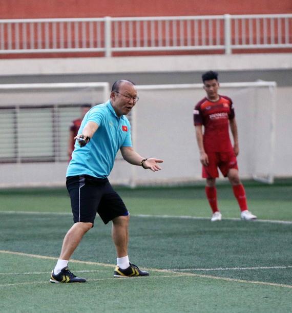 Thày Park chỉ đạo các học trò trên sân