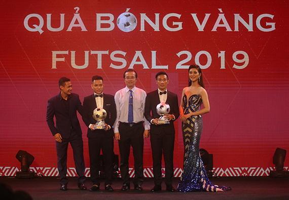"""Văn Vũđoạt giải thưởng """"Quả bóng vàng Futsal"""". Ảnh: VFF"""