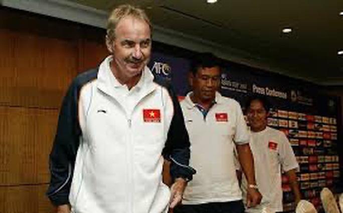 Bóng đá Việt tiễn biệt HLV Alfred Riedl - Ảnh 1.