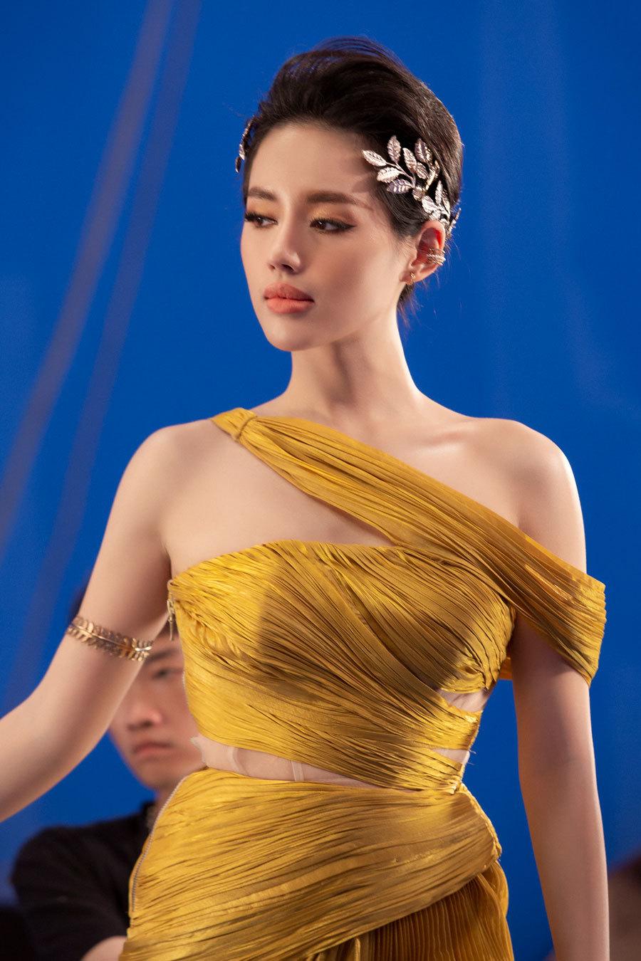 Angela Phương Trinh gợi cảm bên Tú Anh, Khánh Linh The Face