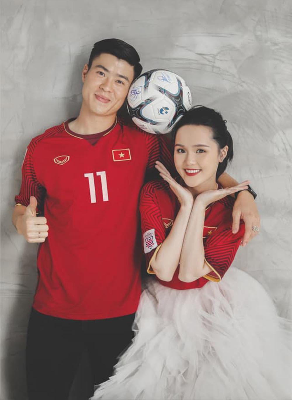 Cầu thủ Duy Mạnh khoe ảnh cưới với 2 chiếc áo đặc biệt