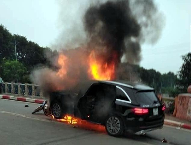 Chiếc xe gây tai nạn bốc cháy ngùn ngụt