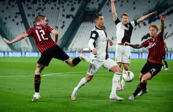 Pha để bóng chạm tay dẫn tới quả penalty cho Juventus