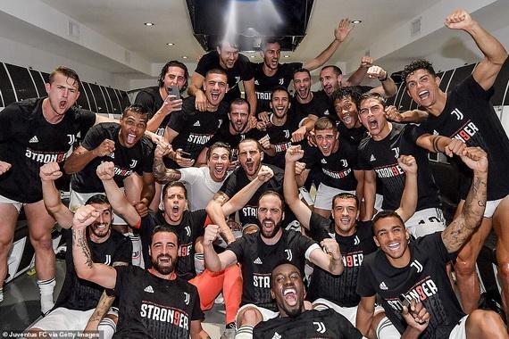 Cầu thủ Juventus quậy tưng bừng trong phòng thay đồ sau trận đấu với Sampdoria