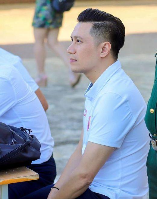 Diễn viên Việt Anh chụp góc nghiêng với sống mũi cao