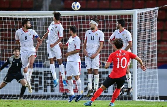 Siêu phẩm sút phạt của đưa U23 Hàn Quốc vào bán kết. Ảnh: AFC
