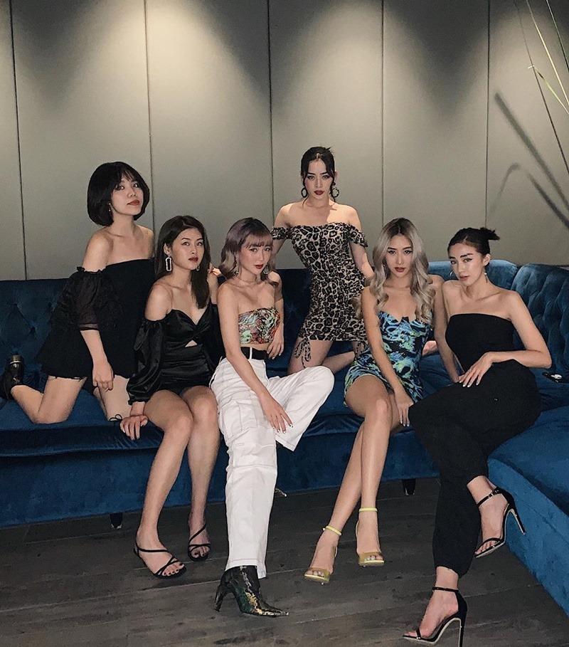 Hoa hậu Tiểu Vy hở bạo với áo siêu ngắn khoe bụng thon