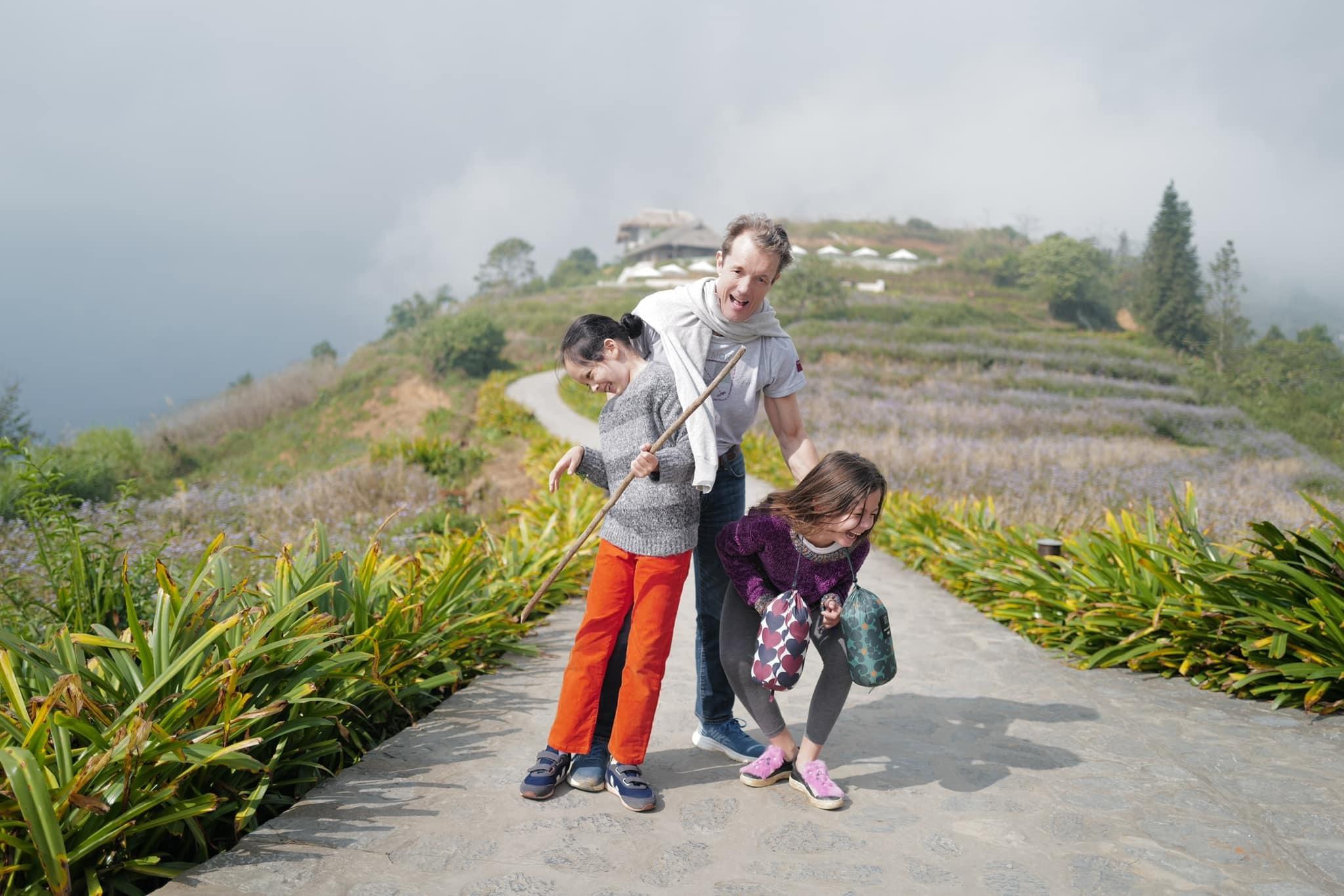 Diva Hồng Nhung đăng ảnh bạn trai ngoại quốc vui vẻ bên hai con