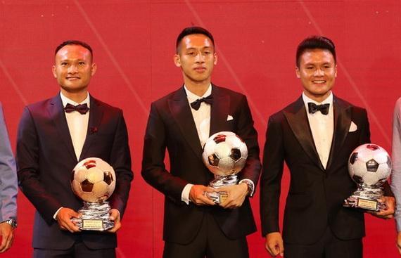 Hùng Dũng (giữa) xứng đáng đoạt danh hiệu Quả bóng Vàng. Ảnh: VFF