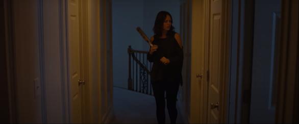 Emma cẩn thận lắp đặt camera khắp căn hộ để đảm bảo an toàn cho hai mẹ con
