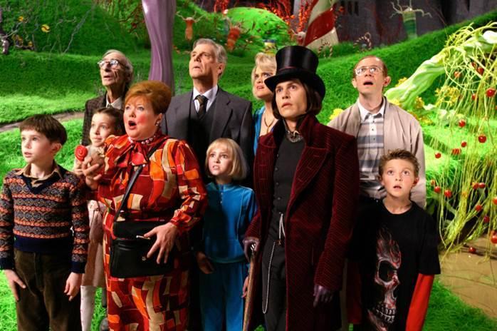 """""""Charlie và Nhà máy Sô-cô-la"""" từng được chuyển thể lên màn ảnh rộng. Phiên bản 2005 có sự tham gia của Johnny Depp, Freddie Highmore, Helena Bonham Carter..."""