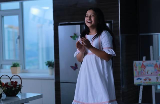 Cô bé Angelina Raja vào vai Diệu – con gái của Minh Long