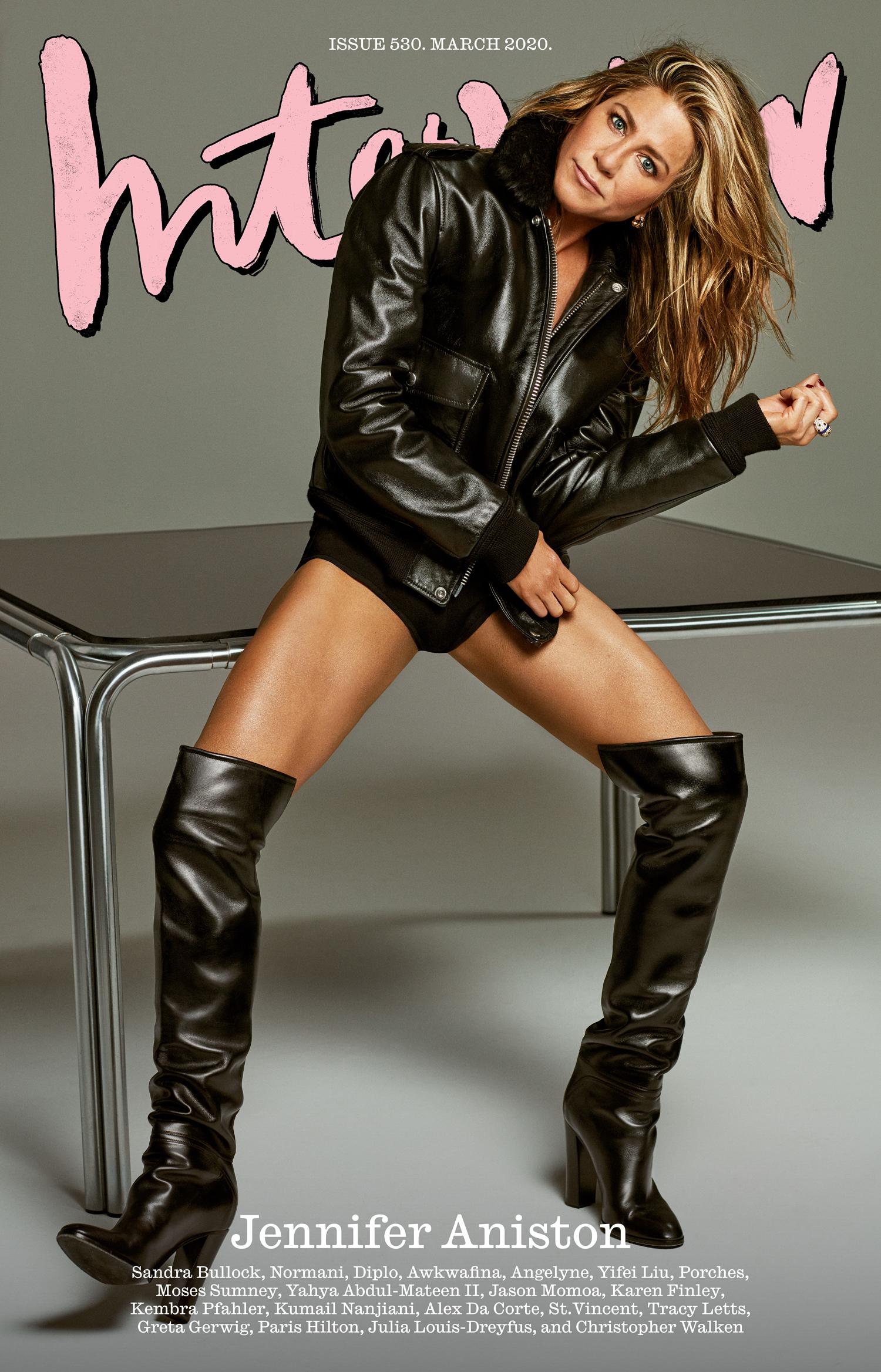Jennifer Aniston khoe vóc dáng săn chắc, gợi cảm ở tuổi 51